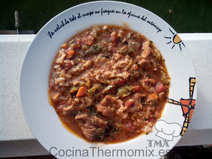 Sopa de arroz y carne al estilo mejicano