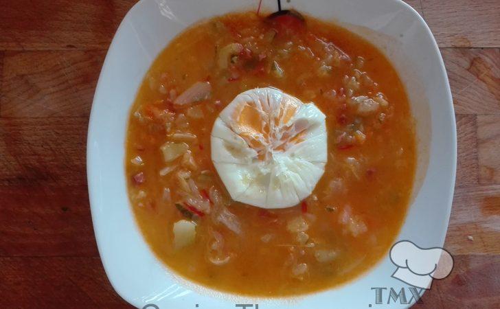 Sopa de verduras y huevo poché