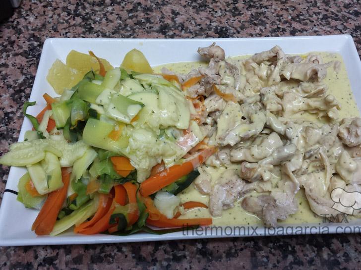 Pollo al vapor con salsa suprema