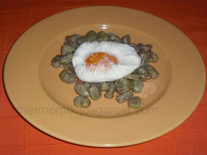 Habitas con jamón y huevo poché
